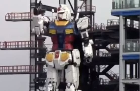 El androide japonés de 18 m de altura ya agita las extremidades